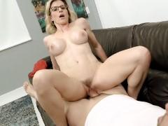 Mulher muito musculosa tomando banho pelada