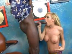 Loira gostosa fazendo sexo com negro de pinto grande