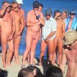 Mulher fazendo sexo com dois homens no meio da praia