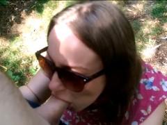 Comendo a namorada loira safada no mato do parque