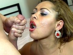 Madura Brasileira comendo esperma do homem
