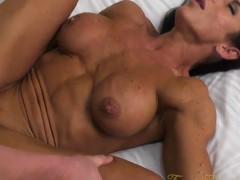 Mulher musculosa gostosa dando a buceta