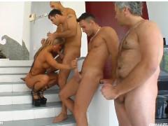 5 Homens fodendo uma loira cavala de olhos verdes